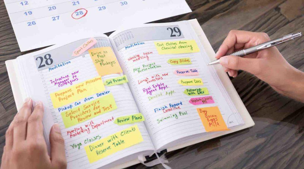 Un agenda rempli pour illustrer l'importance de suivre une méthodologie rigoureuse pour avoir des contenus optimisés