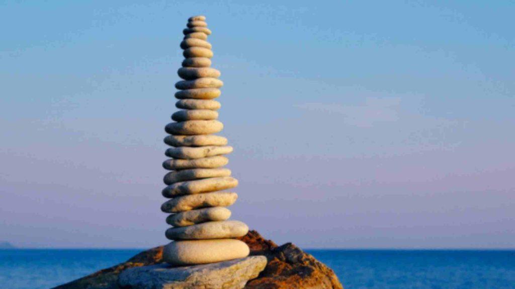 Amas de pierres empilées pour illustrer le positionnement et son lien avec l'image de marque.