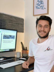 Valentin Decker, rédacteur web, est à son bureau devant son ordinateur, sur lequel une page de son académie, Sauce Writing, est ouverte.